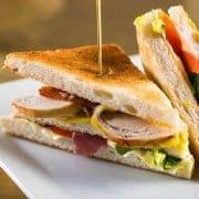 Metropolita Roma | Club sandwich con pollo prosciutto cotto fume san marino bacon maionese pomodoro valeriana e salsa metropolita